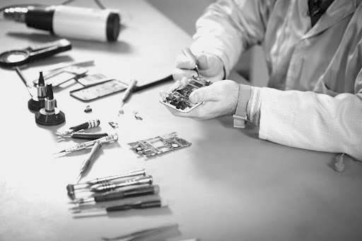Petits métiers: La réparation de téléphone, une activité pérenne