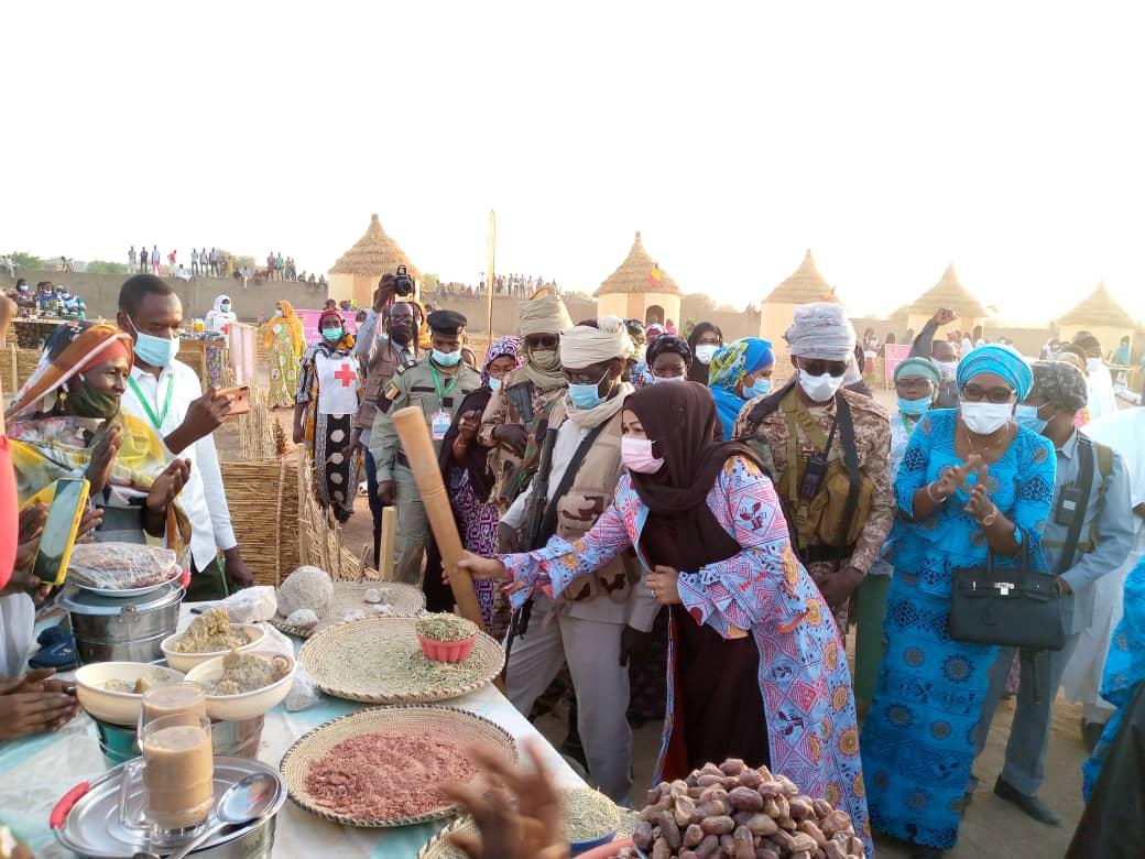 SENAFET 2021: la Première dame, Hinda Déby Itno en séjour à Mongo a visité la foire cet après-midi au Stade Idriss