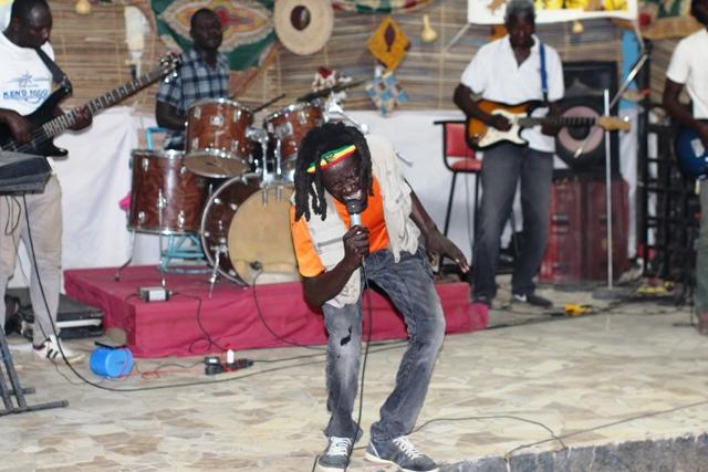 Le rasta Placide Ayereh commémore les 40 ans de la disparition de Bob Marley avec son public
